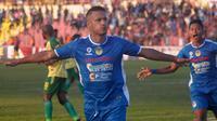 Raphael Maitimo berselebrasi merayakan gol yang dicetak ke gawang Persewar di Stadion Sultan Agung, Bantul, Senin (29/7/2019). (Bola.com/Vincentius Atmaja)