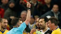Wasit Michael Oliver memberikan kartu merah kepada kiper Juventus, Gianluigi Buffon dalam laga Liga Champions kontra Real Madrid di Santiago Bernabeu, Rabu (11/4). Buffon yang melakukan protes di masa injury time di usir wasit. (AP/Francisco Seco)