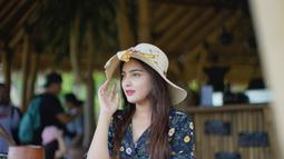 Masih menghabiskan waktu liburan. Ashanty terlihat simpel nan menawan dengan balutan dress motif floral ditambah dengan topi pantai. (Liputan6.com/IG/ashanty_ash)