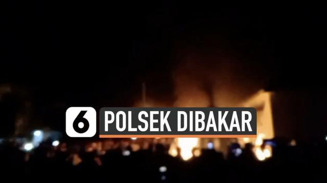 Warga marah datangi kantor Polsek Candipuro Lampung Selatan Selasa (18/5) malam. Mereka tak terkendali hingga merusak dan membakar kantor Polsek.