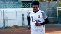 Bek Madura United, Alfin Tuasalamony. (Bola.com/Aditya Wany)