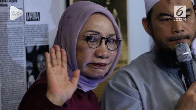 Ratna Sarumpaet ditangkap di Bandara Soekarno-Hatta saat akan berangkat ke Cile. Ratna sebelumnya dilaporkan ke polisi atas dugaan hoaks penganiayaan.