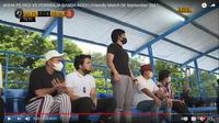 Ekspresi Chairman AHHA PS Pati FC, Putra Siregar (kiri) dan Atta Halilintar (berdiri) ketika ketika menyaksikan keributan Zulham Zamrun dengan winger Persiraja, Defri Rizki. ((Tangkapan layar YouTube AHHA PS FC).
