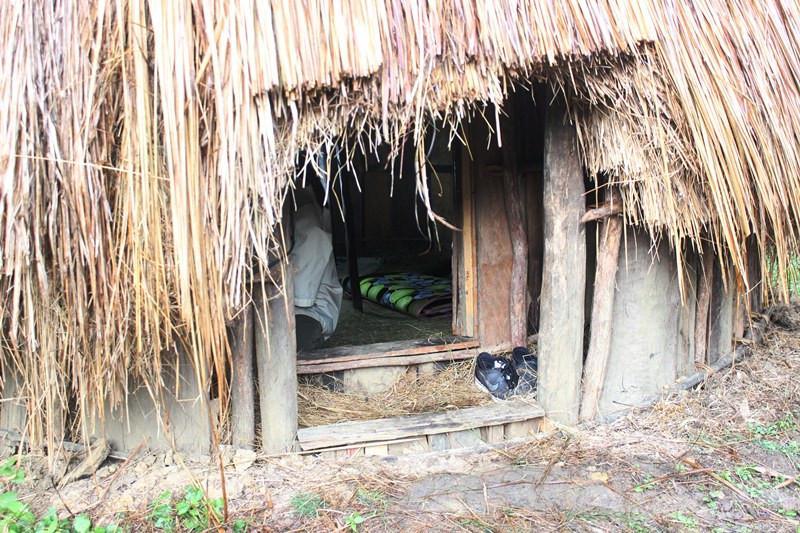 Untuk masuk ke dalam honai hanya muat satu orang  saja karena pintunya kecil. (Foto: Liputan6.com/Fitri Haryanti Harsono)