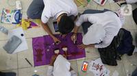 Siswa siswi sedang membuat lukisan bernuansa imlek menggunakan media lampion di SMA Negri 39 Jakarta, Selasa (21/1/2020). Kerajinan lukisan tersebut dibuat oleh siswa untuk menyambut hari imlek 2571 yang jatuh pada Sabtu (25/1) 2020. (Liputan6.com/Herman Zakharia)