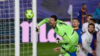 Kiper Real Madrid, Thibaut Courtois menatap bola yang masih melebar dari gawangnya saat melawan Barcelona dalam laga lanjutan Liga Spanyol 2020/2021 pekan ke-30 di Alfredo di Stefano Stadium, Madrid, Sabtu (10/4/2021). Real Madrid menang 2-1 atas Barcelona. (AFP/Javier Soriano)