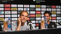 Pelatih Paris Saint-Germain, Thomas Tuchel dan Gianluigi Buffon pada sesi konferensi pers di ICC 2018, Singapura. (Bola.com/Wiwig Prayugi)