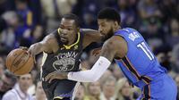 Kevin Durant mencoba keluar dari hadangan Paul George  (AP Photo/Marcio Jose Sanchez)