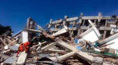 Dedikasi Tim Penyelamat Evakuasi Korban Tsunami Palu