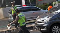 Polisi menghentikan kendaraan di kawasan Fatmawati, Jakarta, Senin (10/8/2020). Ditlantas Polda Metro Jaya kembali menerapkan sanksi tilang terhadap kendaraan roda empat yang melanggar peraturan ganjil genap di masa Pembatasan Sosial Berskala Besar (PSBB) transisi. (Liputan6.com/Herman Zakharia)