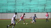 Pemain PSIS berlatih di Stadion Moch Soebroto, Magelang, Senin (4/2/2019). (Bola.com/Vincentius Atmaja)