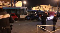 Personel layanan darurat berkumpul di lokasi tabrakan antara dua rangkaian trem di wilayah Issy-les-Moulineaux, Paris, Senin (11/2). Belum diketahui pasti penyebab kecelakaan dengan para penumpang ada di dalamnya tersebut. (Philippe DUPEYRAT / AFP)