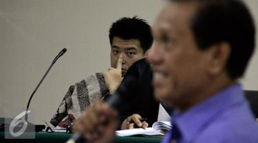 Andrew Hidayat memperhatikan keterangan Mantan Bupati Tanah Laut Adriansyah saat sidang lanjutan di Pengadilan Tipikor, Jakarta, Kamis (30/7/2015). Sidang juga menghadirkan Bupati Tanah Laut Kalsel, Bambang Alamsyah. (Liputan6.com/Yoppy Renato)