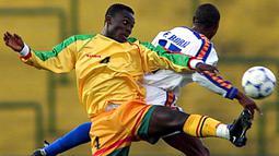 Gelandang Ghana, Michael Essien, berebut bola dengan pemain Ekuador, Felix Borja. Pada usia 17 tahun, Michael Essien sudah memperkuat Timnas Ghana untuk membela  The Black Stars pada ajang Piala Dunia U-17.   (AFP/ Fabian Gredillas).
