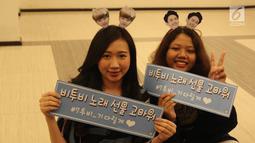 Para fans BTOB saat mengantri untuk menyaksikan konser BTOB  di Jakarta, Jumat (21/09). Boy Band Korea Selatan tersebut menghibur para fans yang berada di Indonesia.(Liputan6.com/ Herman Zakharia)