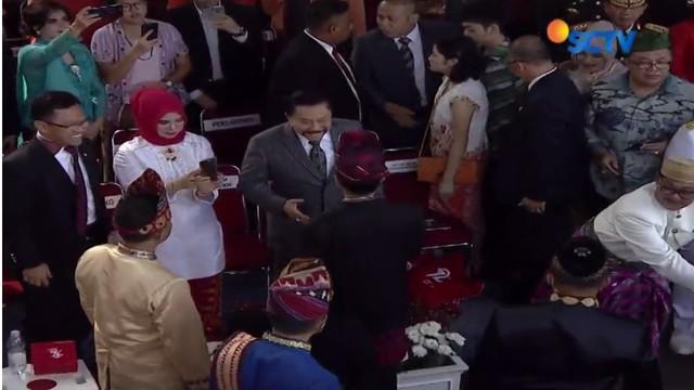 Jokowi menyempatkan diri turun dari panggung kehormatan dan menyapa para tamu undangan yang hadir sebelum upacara penaikan bendera.