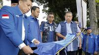 SBY saat melihat baliho dan atribut Partai Demokrat yang dirusak. (dok Divisi Komunikasi Publik Partai Demokrat)