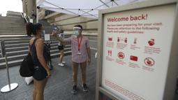 Seorang staf memeriksa suhu tubuh pengunjung di luar Metropolitan Museum of Art Fifth Avenue, New York, Amerika Serikat, 27 Agustus 2020. Setelah lima bulan ditutup akibat pandemi COVID-19, museum seni ini akan kembali dibuka untuk umum mulai 29 Agustus 2020. (Xinhua/Wang Ying)