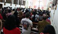 Umat Paroki Gereja Santo Yohanes Rasul Kutoarjo, bertahan memperhatikan khotbah pastur yang disampaikan dengan monolog Kemerdekaan karya Putu Wijaya. (foto: Liputan6.com/edhie prayitno ige)