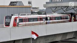 Rangkaian kereta LRT rute Kelapa Gading-Velodrome saat uji coba dari Stasiun Velodrome, Jakarta, Senin (25/2). Ditundanya jadwal beroperasi LRT Kelapa Gading-Velodrome dikarenakan belum selesainya pembangunan signal dan depo. (Merdeka.com/Iqbal S Nugroho)