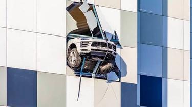 SUV Porsche Macan nyaris terjun dari parkiran bertingkat