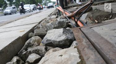 Kondisi bekas galian gorong-gorong di Jalan Hayam Wuruk, Jakarta, Rabu (20/2). Tidak maksimalnya perbaikan pascapembongkaran gorong-gorong menyebabkan trotoar di kawasan tersebut rusak dan dipenuhi kerikil serta batu. (Liputan6.com/Immanuel Antonius)