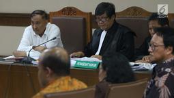Terdakwa dugaan korupsi E-KTP, Markus Nari (kiri) menyimak keterangan saksi saat mengikuti sidang lanjutan di Pengadilan Tipikor, Jakarta, Rabu (11/9/2019). Sidang beragendakan mendengar keterangan saksi-saksi. (Liputan6.com/Helmi Fithriansyah)