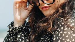 Di berbagai kesempatan, mantan pacar El Rumi ini kerap tampil menggunakan kacamata. Bukan hanya sekedar memakai, kacamata yang dikenakan Marsha ini memiliki banyak model. Maka tak heran jika pesonanya semakin memukau. (Liputan6.com/IG/@aruanmarsha)