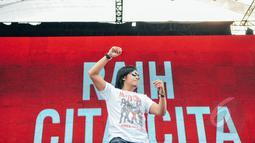 Ari Lasso saat meramaikan konser Drug Free Asia Afrika di Kawasan Monas, Jakarta, Minggu (19/4/2015). Konser dalam rangkaian KAA itu bertujuan sebagai kampanye pencegahan penyalahgunaan narkotika di kawasan Asia Afrika. (Liputan6.com/Faizal Fanani)