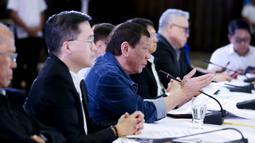 Presiden Filipina Rodrigo Duterte (tengah) menyampaikan pidato di Istana Presiden Malacanang, Manila, Kamis (12/3/2020). Duterte menyetujui resolusi untuk memungkinkan langkah-langkah mencegah virus corona COVID-19 meluas. (Richard Madelo/Malacanang Presidential Photographers Division via AP)