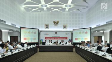 Suasana rapat tentang Percepatan Pemulihan Pasca Gempa Bumi NTB, Jakarta, Senin (12/11). Selain pemulihan pasca gempa, rapat tingkat menteri juga membahas Evaluasi Sosialisasi Penyaluran Bantuan dan Jaminan Sosial. (Merdeka.com/ Iqbal S. Nugroho)
