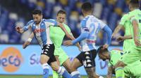 Penyerang Napoli, Dries Mertens membawa bola saat bertanding melawnan Lazio pada pertandingan  Liga Serie A Italia di Stadion San Paolo, Italia, Jumat (23/4/2021). Bagi Lazio, kekalahan ini membuat barada di peringkat ke-6 lewat raihan 58 angka. (Alessandro Garofalo/Lapresse via AP)