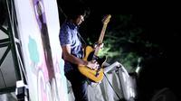 Sang gitarispun terlihat menghayati aksinya saat dipanggung. Jakarta, Kamis (29/5/14) (Liputan6.com/Faizal Fanani)