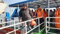 Evakuasi korban KM Santika Nusantara (Foto: Liputan6.com/Dian Kurniawan)