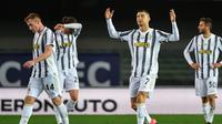 Ekspresi Cristiano Ronaldo dan pemain Juventus ketika kebobolan dari Hellas Verona dalam laga giornata 24 Serie A di Stadio Marc'Antonio Bentegodi, Minggu (28/2/2021) dini hari WIB. Juventus harus puas bermain imbang 1-1 dalam laga ini. (Isabella BONOTTO / AFP)