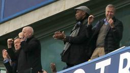 Mantan Pemain Chelsea, Didier Drogba (2kanan) dan Pemailik Chelsea, Roman Abramovich merayakan kemenangan Chelsea atas Sunderland di Stadion Stamford Bridge, London, Sabtu (19/12/2015). (AFP Photo/Ian Kington)