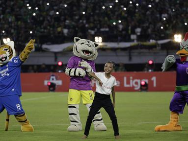 Seorang penari bersama maskot klub saat tampil pada pembukaan Shopee Liga 1 2020 di Stadion Gelora Bung Tomo, Surabaya, Sabtu (29/2). Sebanyak 18 klub akan berlaga dalam kompetisi kasta tertinggi di Indonesia ini.(Bola.com/Yoppy Renato)