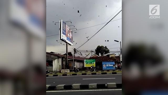 Badan Penanggulangan Bencana Daerah Kabupaten Bantul, Daerah Istimewa Yogyakarta, menyatakan hujan deras disertai angin kencang pada Selasa (24/4/2018) siang menyebabkan 26 rumah di daerah ini mengalami kerusakan.