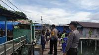 Patroli polisi hingga ke pemukiman warga di Kota Jayapura, menyebarkan pesan cegah corona hingga himbauan kamtibmas. (Liputan6.com/Polresta Jayapura Kota/Katharina Janur)