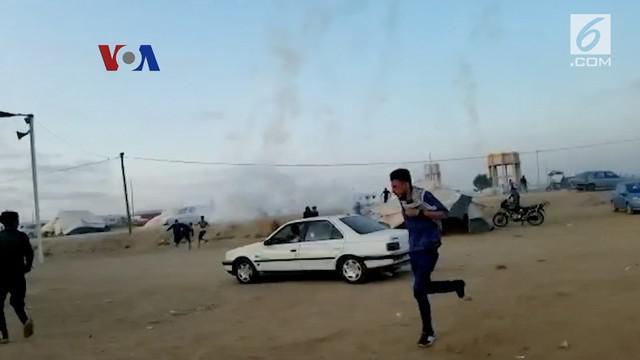 Suasana Jalur Gaza tegang sehari setelah bentrok berdarah menewaskan puluhan orang bersamaan dengan peresmian Kedubes AS di Yerusalem. Tentara Israel terus menembakkan gas air mata, untuk membubarkan massa di perbatasan Gaza dengan Israel.