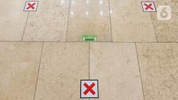 Tanda pembatas jarak antar jemaah di Masjid Istiqlal, Jakarta, Sabtu (10/4/2021). Masjid Istiqlal akan membuka salat tarawih berjemaah saat Ramadan dengan membatasi jumlah jemaah hanya 2.000 orang dari kapasitas 250 ribu dan memperhatikan protokol kesehatan Covid-19. (Liputan6.com/Herman Zakharia)