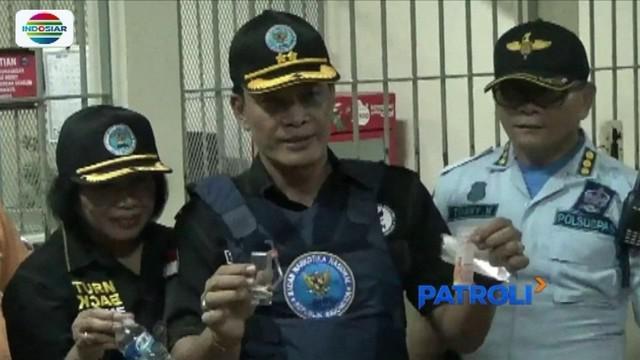 Petugas gabungan gelar razia di Lapas Kerobokan, Bali. Dalam razia tersebut, petugas menemukan alat isap sabu.