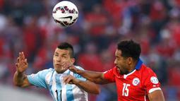 Penyerang Argentina, Sergio Aguero (kiri) berebut bola udara dengan bek Chili, Jean Beausejour di final Copa America 2015 di Stadion Nasional, Chili, (4/7/2015). Chili menang lewat adu penalti atas Argentina dengan skor 4-1. (REUTERS/Marcos Brindicci)