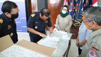 Gugus Tugas Percepatan Penanganan COVID-19 menerima bantuan 21.000 masker N95 dari bantuan Bea dan Cukai di Graha BNPB, Jakarta, Senin (20/4/2020). (Badan Nasional Penanggulangan Bencana/BNPB)