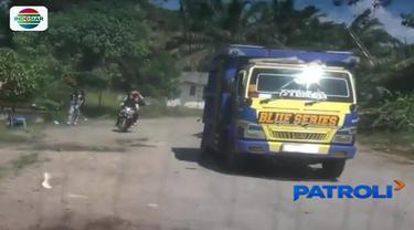 Dua sopir truk di Mesuji, Lampung, babak belur setelah menjadi korban penganiayaan oleh sejumlah preman, lantaran tak memberikan uang pungli sebesar Rp 10 ribu.