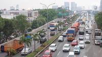 Arus lalu lintas di jalan tol dan Jalan TB Simatupang, Jakarta, Selasa (5/11/2019). Data menunjukan pertambahan kendaraan bermotor lima tahun terakhir di Jadetabek ada peningkatan 9,3 persen, sementara laju pertumbuhan pembangunan infrastruktur hanya 0,1 persen. (Liputan6.com/Immanuel Antonius)