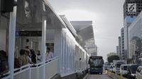Bus Transjakarta melintasi Halte Bundaran Hotel Indonesia (HI), Jakarta, Senin (25/3). Halte Bundaran HI menjadi halte Transjakarta pertama yang terintegrasi fisik secara langsung dengan stasiun Moda Raya Terpadu (MRT). (Liputan6.com/Faizal Fanani)