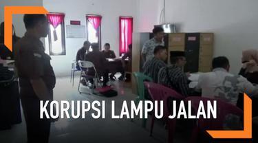 Kejaksaan Polewali Mandar Sulawesi Barat terus melakukan penyelidikan kasus dugaan korupsi pengadaan lampu jalan. Sejumlah kepala desa dipanggil untuk dimintai keterangan.