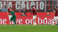 Pemain Fiorentina Gaetano Castrovilli (kiri) melakukan selebrasi usai mencetak gol ke gawang AC Milan dalam Serie A di Stadion San Siro, Milan, Italia, Minggu ( 29/9/2019). AC Milan kalah 1-3 saat menjamu Fiorentina. (AP Photo/Antonio Calanni)