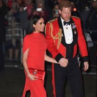 Pangeran Harry dan Meghan Markle tampil kompak dengan busana merah (Foto: Shutterstock)